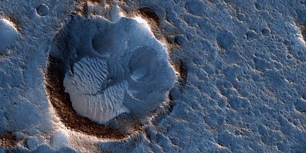 """Cratera na planície de Acidalia, em Marte, local onde pousou missão fictícia do filme """"Perdido em Marte"""" (Foto: JPL/Nasa/Univ. do Arizona)"""